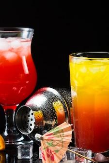 Vorderansicht von cocktails mit shaker und regenschirm