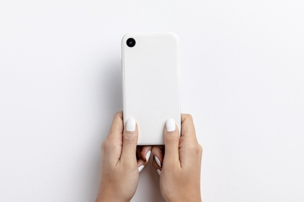 Vorderansicht von den händen, die smartphone halten