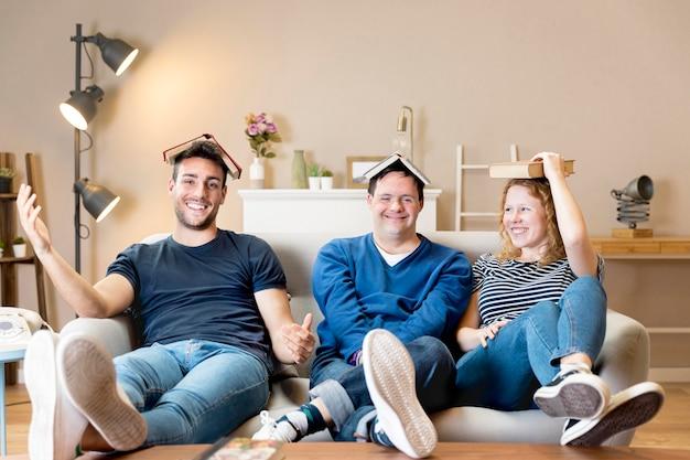 Vorderansicht von drei freunden, die mit büchern aufwerfen