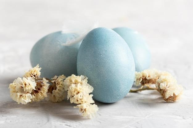 Vorderansicht von eiern für ostern mit blumen