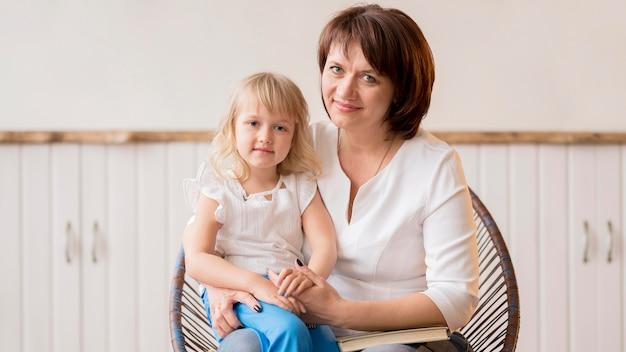 Vorderansicht von enkelin und großmutter
