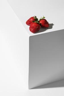 Vorderansicht von erdbeeren auf podium