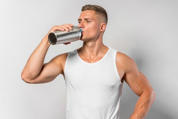 Vorderansicht von fit man trinkwasser