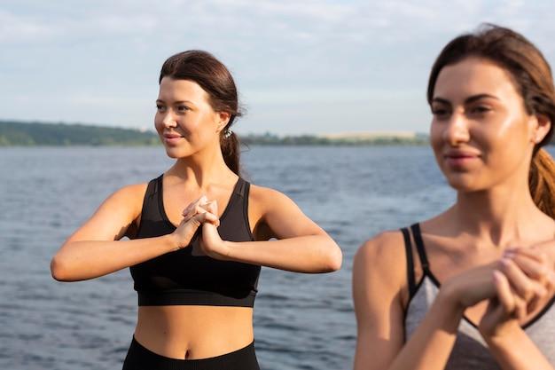 Vorderansicht von frauen, die zusammen im freien trainieren