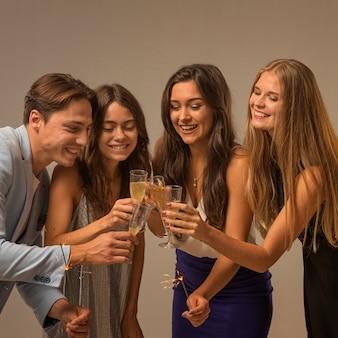Vorderansicht von freunden, die silvester feiern