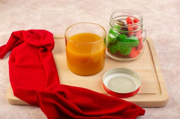 Vorderansicht von frischem pfirsichsaft süß und köstlich mit bunten keksen in der dose