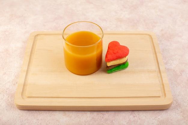 Vorderansicht von frischem pfirsichsaft süß und köstlich mit bunten keksen
