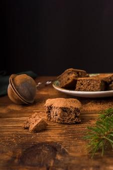 Vorderansicht von geschmackvollen schokoladenschokoladenkuchen