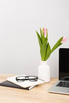 Vorderansicht von gläsern und tulpen
