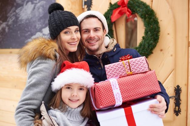 Vorderansicht von glücklichen familienmitgliedern