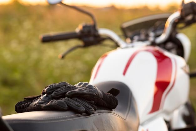 Vorderansicht von handschuhen auf motorrad