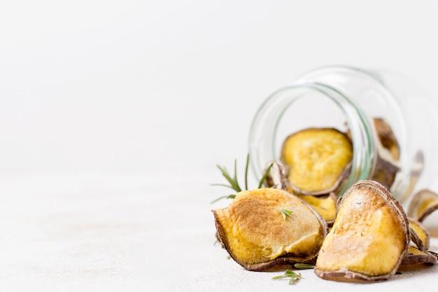 Vorderansicht von kartoffelchips im glas mit kopienraum
