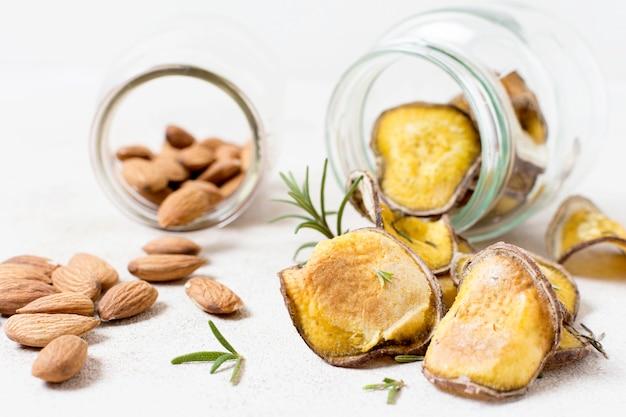 Vorderansicht von kartoffelchips mit rosmarin und mandeln