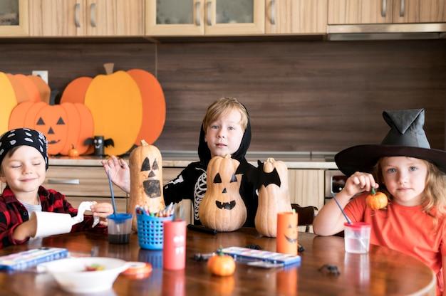 Vorderansicht von kindern mit halloween-konzept