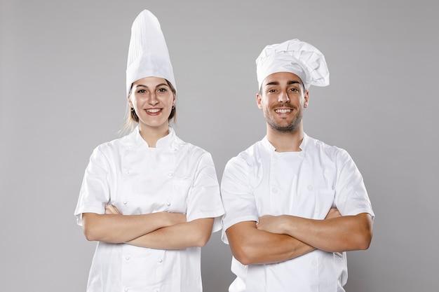 Vorderansicht von männlichen und weiblichen köchen