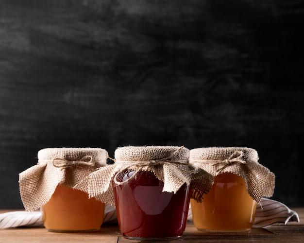 Vorderansicht von marmeladengläsern mit kopierraum
