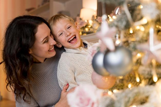 Vorderansicht von mutter und sohn an weihnachten