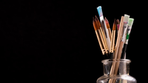 Vorderansicht von pinseln im glas mit kopierraum