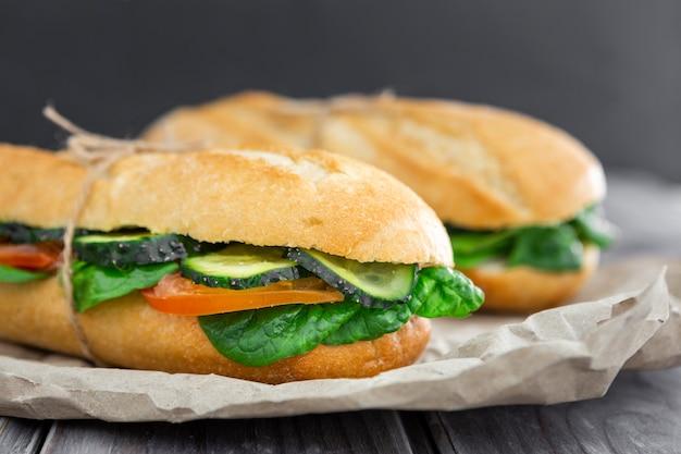 Vorderansicht von sandwiches mit spinat- und gurkenscheiben