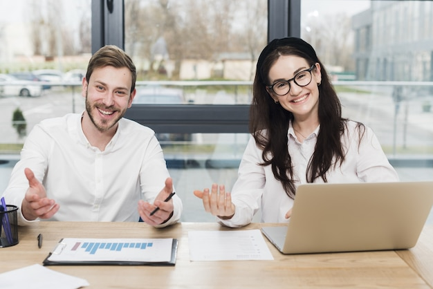 Vorderansicht von smiley-mitarbeitern, die ein interview halten