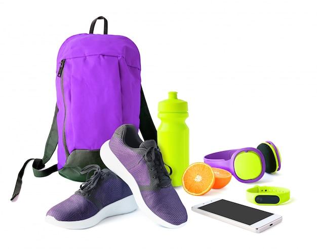 Vorderansicht von sportzubehör und schuhen für fitness und training.