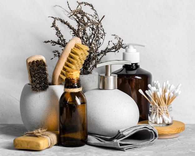 Vorderansicht von umweltfreundlichen reinigungsprodukten mit wattestäbchen und seife