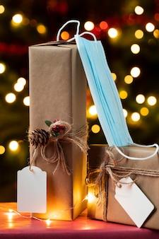 Vorderansicht von weihnachtsgeschenken mit gesichtsmaske