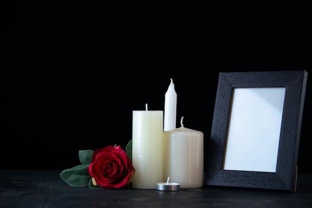 Vorderansicht von weißen kerzen mit roter rose als erinnerung auf dunklem schreibtisch tod beerdigung israel