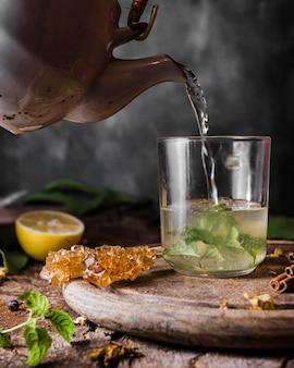 Vorderansicht wasser wird in glas gegossen