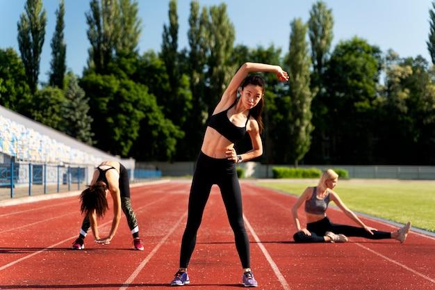 Vorderansicht weibliche läufer dehnen
