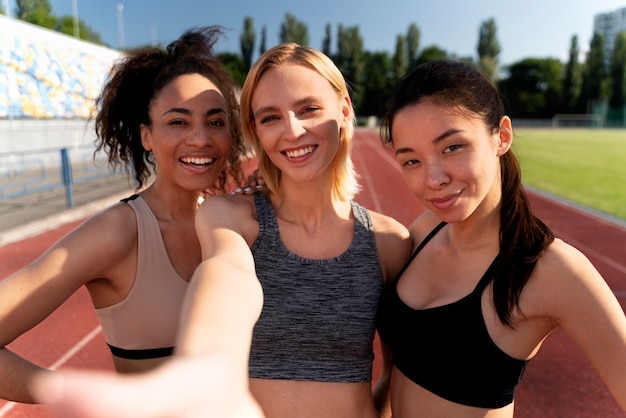 Vorderansicht weibliche läufer, die ein selfie machen