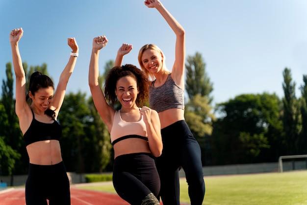Vorderansicht weibliche läufer, die siegreich sind