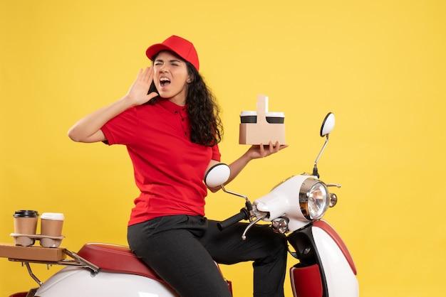 Vorderansicht weiblicher kurier auf fahrrad für kaffeelieferung auf gelbem hintergrund service delivery job worker work woman
