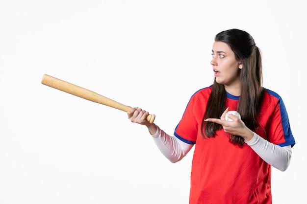 Vorderansicht weiblicher spieler mit baseballschläger