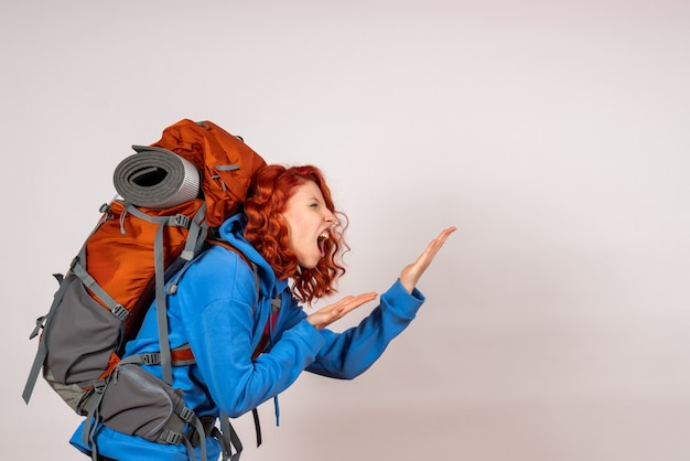 Vorderansicht weiblicher tourist, der in bergtour geht