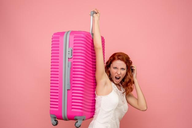 Vorderansicht weiblicher tourist, der rosa tasche trägt