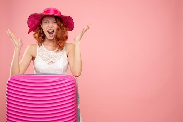 Vorderansicht weiblicher tourist mit rosa tasche