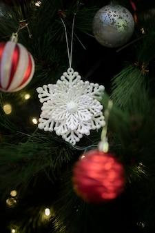 Vorderansicht weihnachtsbaumdekorationen