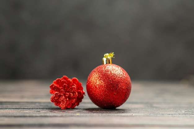 Vorderansicht-weihnachtsbaumspielzeug auf dunklem, isoliertem hintergrundfreiraum