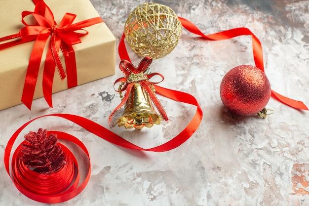 Vorderansicht weihnachtsgeschenke mit spielzeug auf weißem hintergrund