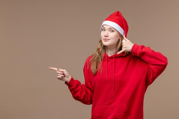 Vorderansicht weihnachtsmädchen lächelnd auf braunem hintergrund frau urlaub weihnachten emotion