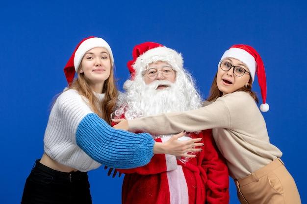 Vorderansicht weihnachtsmann mit frauen an blauen kalten ferien weihnachten neues jahr