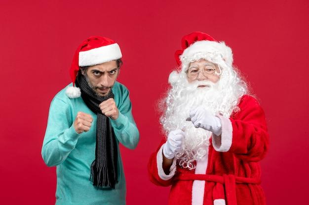 Vorderansicht weihnachtsmann mit jungem mann gerade stehend