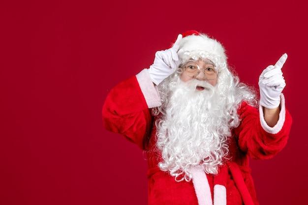 Vorderansicht weihnachtsmann mit klassischem weißen bären und roter kleidung am roten feiertag