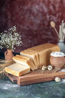 Vorderansicht weißbrot auf dunklem hintergrund tee frühstück farbe gebäck bäckerei morgen brötchen teig essen kuchen backen