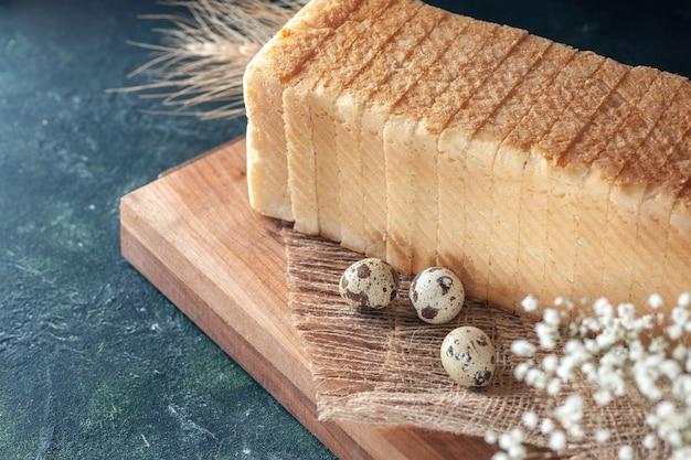 Vorderansicht weißbrot auf dunklem hintergrund tee frühstück farbe gebäck bäckerei morgen brötchen teig essen