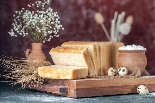 Vorderansicht weißbrot auf dunklem hintergrund tee frühstück teig farbe gebäck bäckerei morgen essen kuchen frisch backen