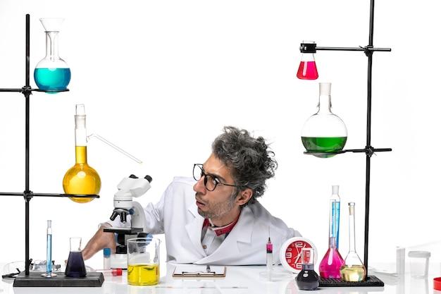 Vorderansicht wissenschaftler mittleren alters im sterilen medizinischen anzug