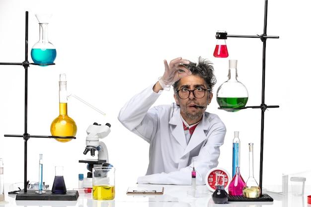 Vorderansicht wissenschaftler mittleren alters im weißen medizinischen anzug arbeiten