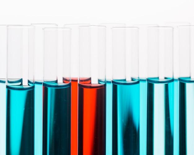 Vorderansicht wissenschaftliches elementesortiment in labornahaufnahme